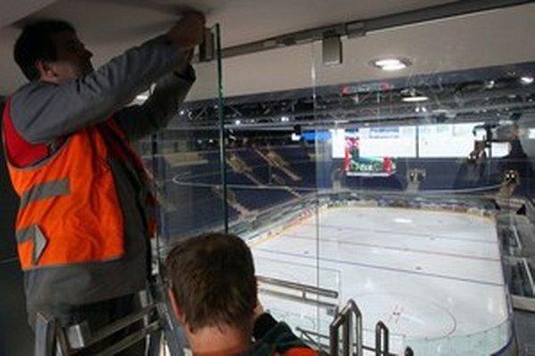 Zo skyboxu je na ľadovú plochu dobrý výhľad a zabezpečuje súkromie.