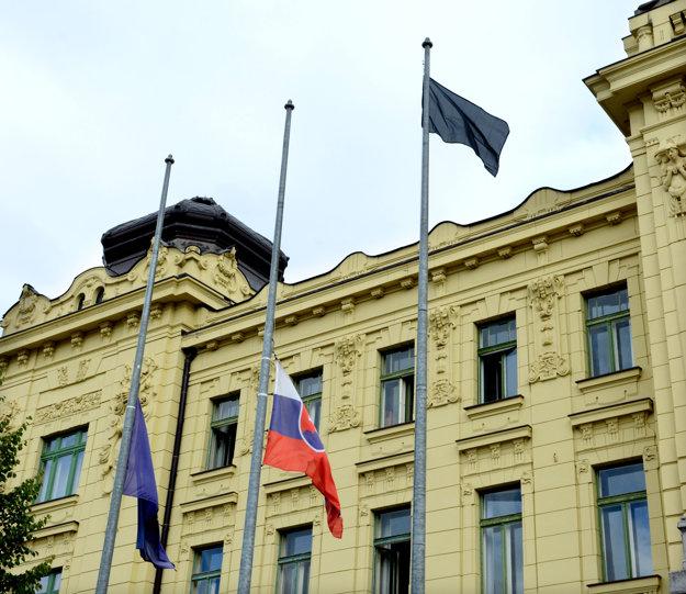 Štátna vlajka na pol žrde ačierna koruhva. Zaviali aj pred úradom Košického samosprávneho kraja.