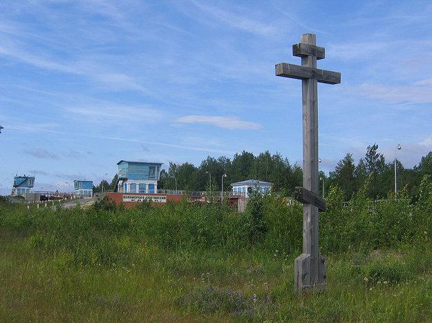 Pamätník obetiam Belomorkanala v Medvežegorskom okrese Karélie. Neďaleko odtiaľto na ostrove Kiži turisti obdivujú drevené pamiatky na dávne Rusko.