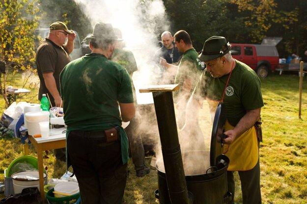 Do súťaže vo varení poľovníckeho guľáša sa zapojilo 13 družstiev.