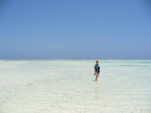 V Zanzibare sú pláže obrovské a plytké, ideálne pre hru detí.
