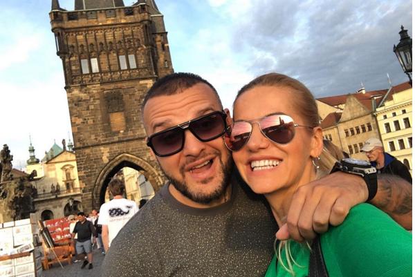 Pražáci. Hoci obaja často pôsobia na Slovensku, spoločný domov si postavili v Stovežatej.