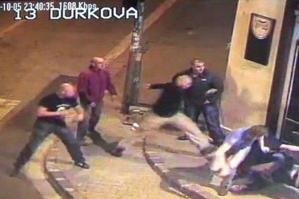 Októbrový útok zachytila kamera.