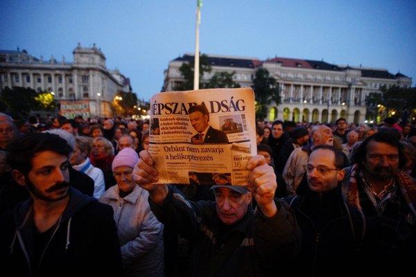Sympatizant ukazuje posledné tlačené vydanie maďarského opozičného denníka Népszabadság v Budapešti.