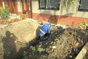 Zapájanie kanalizácie vPlešivci. Pripojenie mohli mať Plešivčania zadarmo, museli si však vykopať jamu.