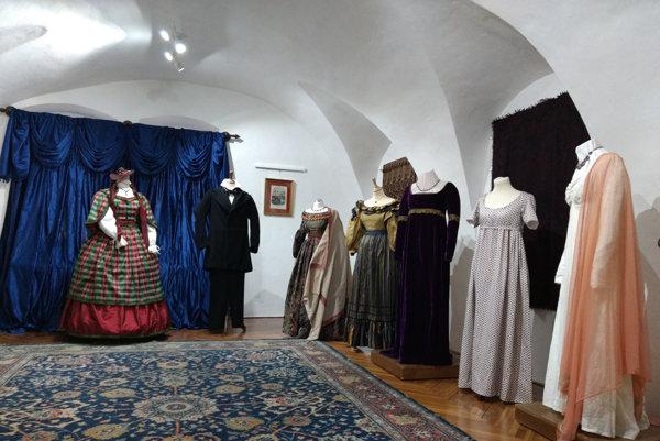 Róba 19. storočia. S výstavou Kežmarku pomohla poľská odevná historička.