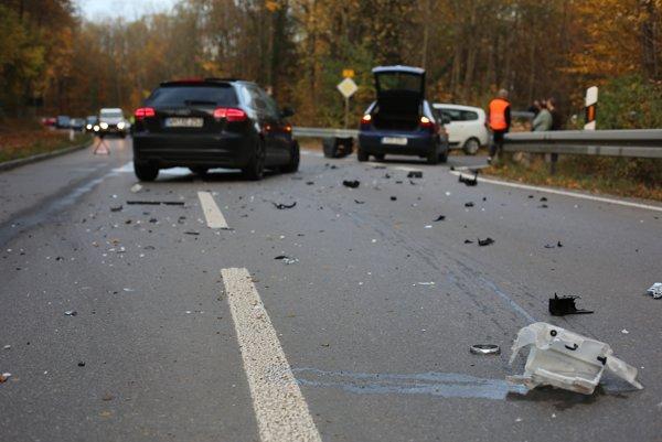 Časti havarovaných vozidiel blokovali diaľnicu.