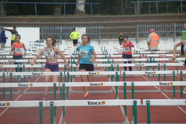 Záber z behu na 100 m cez prekážky dievčat