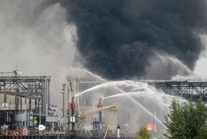 Požiarnici hasia požiar v chemičke.