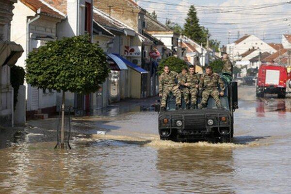 Policajné vozidlo prechádza v srbskom meste Obrenovač.
