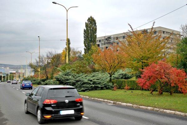 Bytový súbor vo výstavbe. Chýba mu dopravné napojenie. Ak sa zrealizuje, tak na úkor zelene.