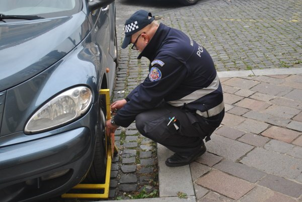 Čo bude s pokutami? Po zrušení objektívnej zodpovednosti budú musieť mestskí policajti dokázať, kto auto zaparkoval.