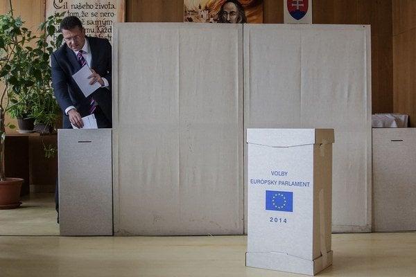 Maroš Šefčovič pri volebnom akte.