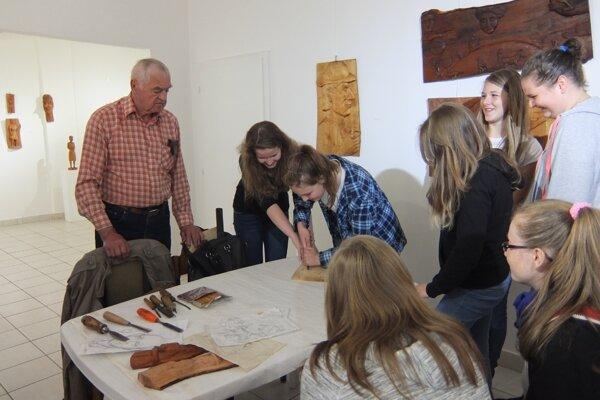 V galérii v Čadci si žiaci zo ZŠ Rázusova pozreli výstavu rezbára Pavla Krkošku.