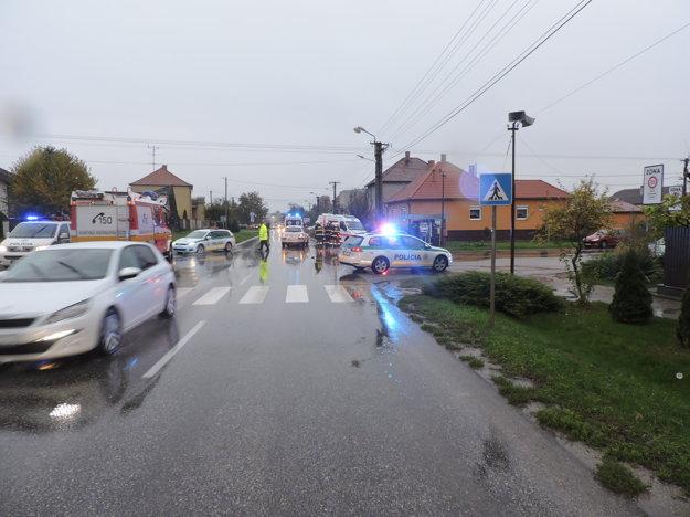 Vodič (24) zrazil na prechode pre chodcov dve školáčky