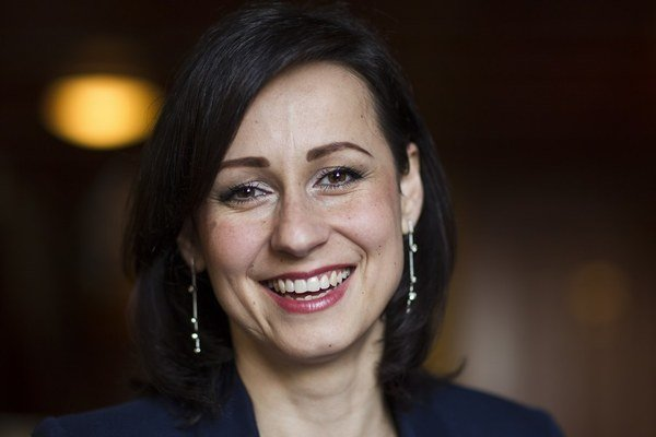 Beáta Lipšicová (36) moderovala politické relácie.  Bola dramaturgičkou politickej talkshow De Facto na Joj. Dnes je na materskej s dvomi deťmi.