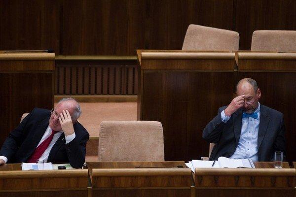 Možné obete porážky predsedu Smeru Roberta Ficav prezidentských voľbách.