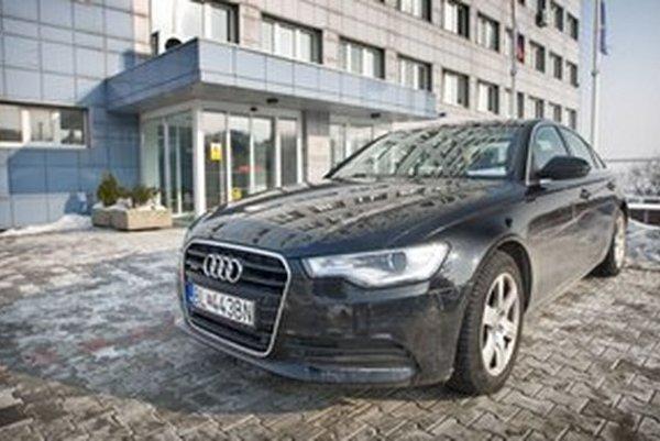 Audi pred ministerstvom školstva.