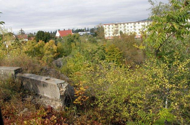 Pohľad do bane zhora, časť betónových zábran, nad ktorými je ešte plot, sa prepadla.