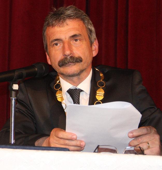 Primátor Dušan Husár nevie povedať, kto bude zodpovedný za prípadný prehratý súdny spor so Segíňovou. Podľa právnikov má v tomto prípade mesto malú šancu uspieť.