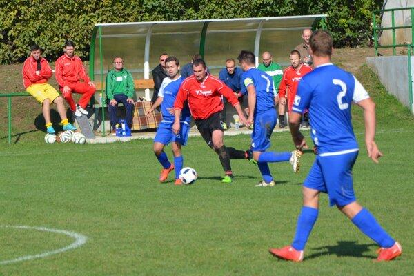 Peter Kúdela (v strede s loptou) otvoril v 24. minúte skóre zápasu Jacovce - Preseľany.