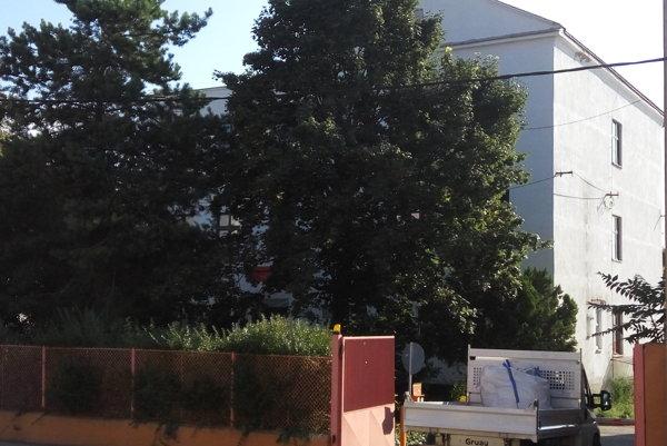 Bývalú  školu na Rázusovej chce investor zmeniť na byty a kancelárie.