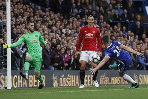 Gary Cahill (vpravo) strieľa gól do siete Manchestru United.