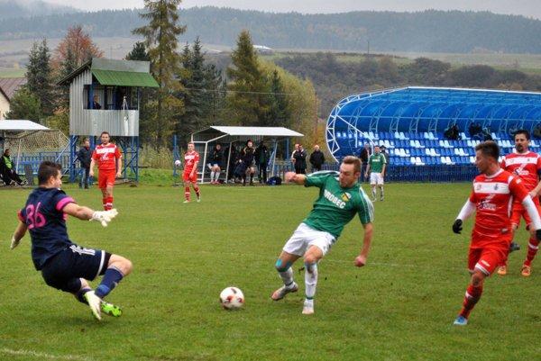 VPlavnici to bol koncert jedného muža. Skvašík zo Sniny (v strede) strelil všetky štyri góly svojho tímu.