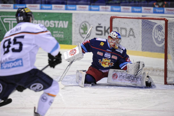Brankár Zvolena Samuel Baroš zasahuje pri strele Tomáša Klímu z HC Košice.