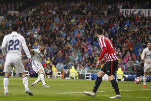 Karim Benzema (druhý zľava) strieľa gól do siete Athleticu Bilbao.