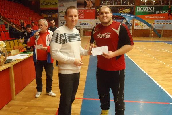 Branislav Bucák, predseda komisie športu, mládeže avoľnočasových aktivít vPrievidzi akapitán minuloročného víťazného tímu Michal Jantoška.