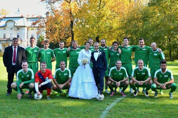 Mladomanželom gratulovalo celé futbalové mužstvo.