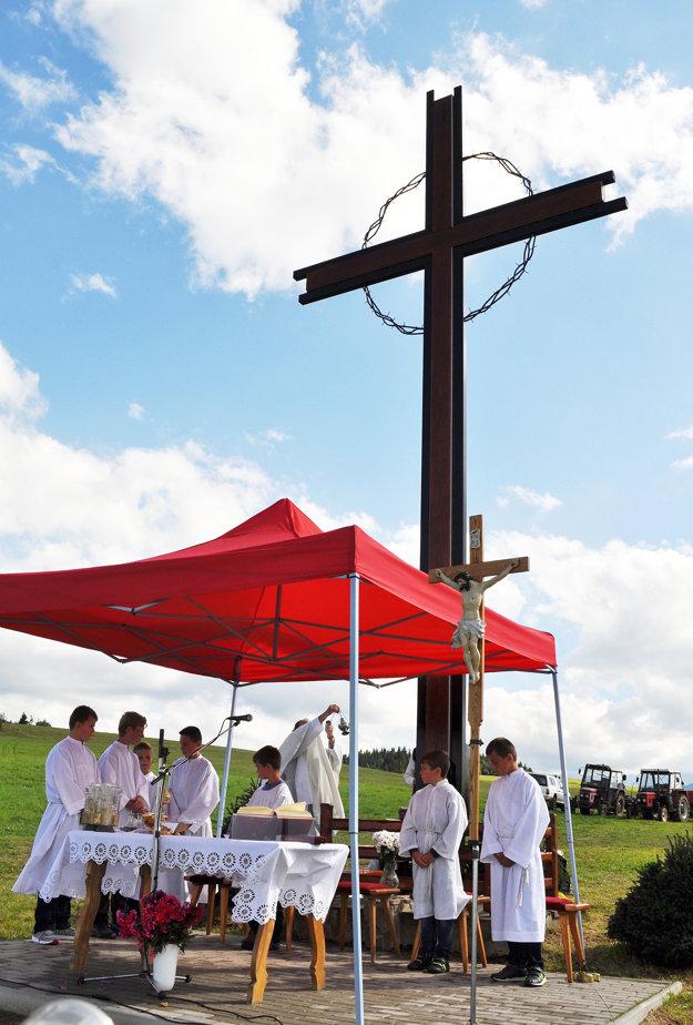 Železno-drevený kríž by mal vydržať aj silnejší vietor.