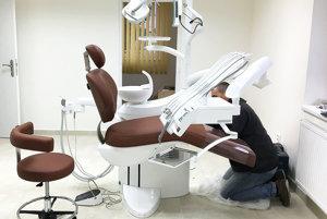 Posledné úpravy zubárskeho kresla.