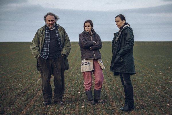 V Pustine sa stratil mladý človek. V hlavných úlohách hrajú Jaroslav Dušek, Eliška Křenková a Zuzana Stivínová.