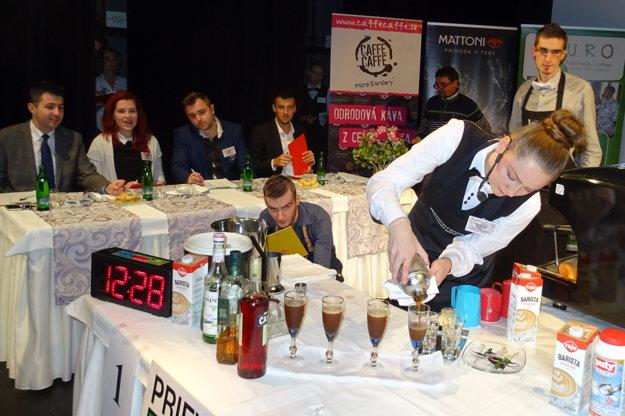 Porota pozorne sledovala súťažiacich pri príprave nápojov.