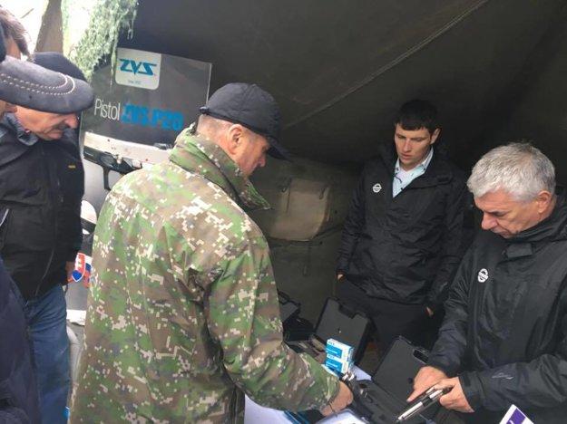 Minister obrany si osobne vyskúšal prezentovanú techniku.
