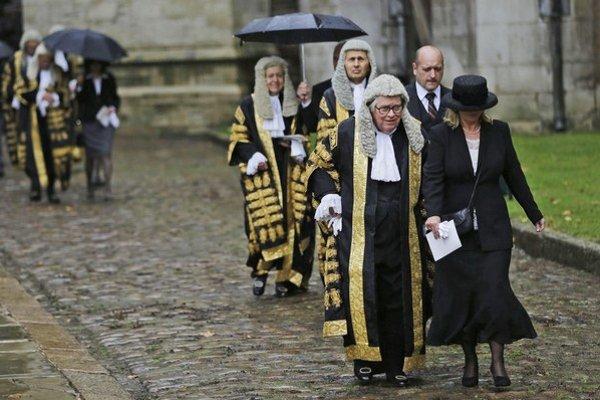 Britskí sudcovia budú na zahraničných rodičov menej prísni.