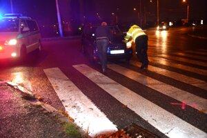 Po zrážke. Školáčku previezli do nemocnice, vodičovi pomohol odtlačiť auto policajt.
