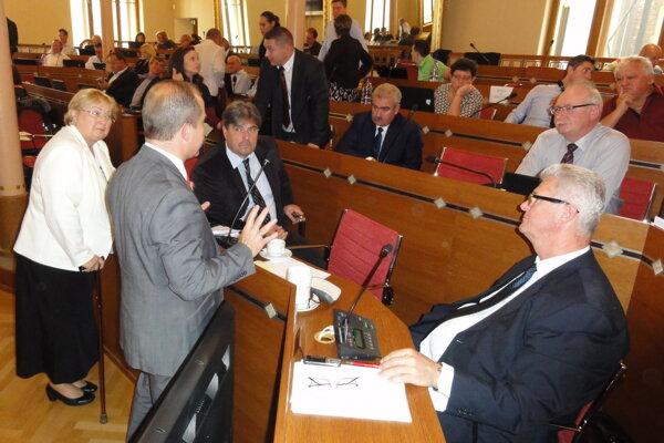 SMK aj ďalší politici kritizovali prerozdelenie peňazí.