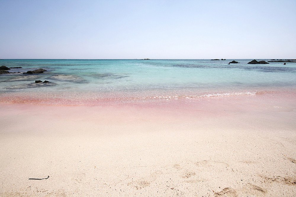 Ružový piesok je aj na  pláži Elafonisi na Kréte.