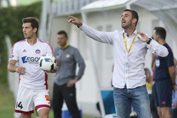 Jakub Holúbek s trénerom Martinom Ševelom.