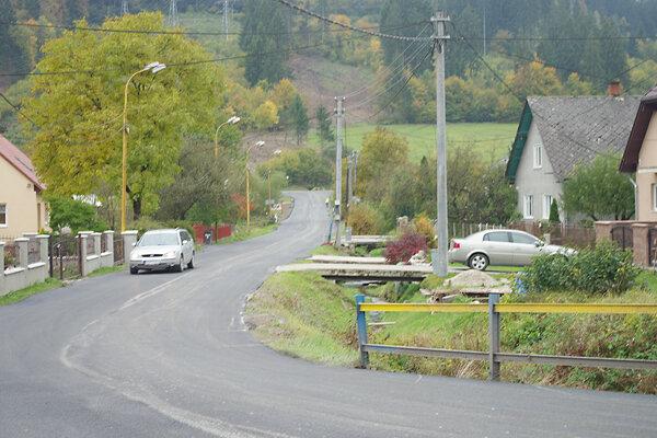 Opravená cesta do Praznova.