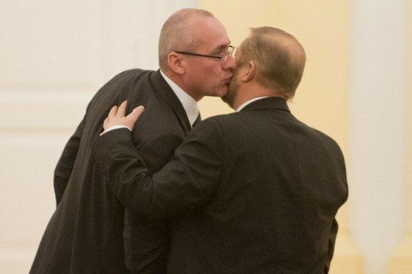 Minister spravodlivosti Tomáš Borec sa bozkáva so Štefanom Harabinom.