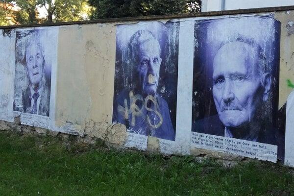 Fotografie na múre sú podľa viacerých dnes dehonestujúce.