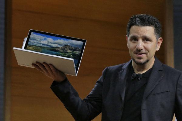 Panos Panay predstavuje nový Surface Book.