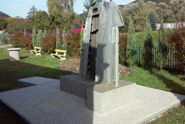 Pamätník pred dokončením.