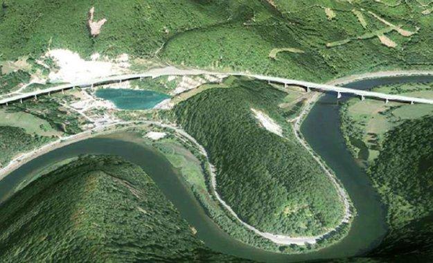 Diaľnica mala ísť pôvodne zpravej strany jazera vkameňolome cez krasové územie sjaskyňami.