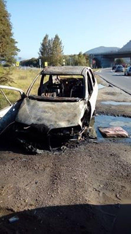 Vrak auta nakoniec skončil v plameňoch.