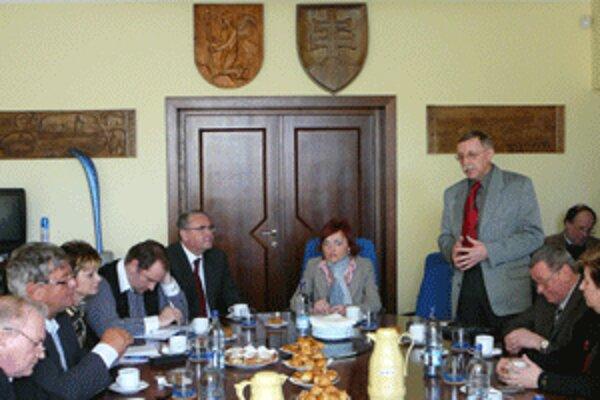 Šéfovia obcí a miest hovorili aktuálnom probléme na pôde Mestského úradu v Prievidzi.